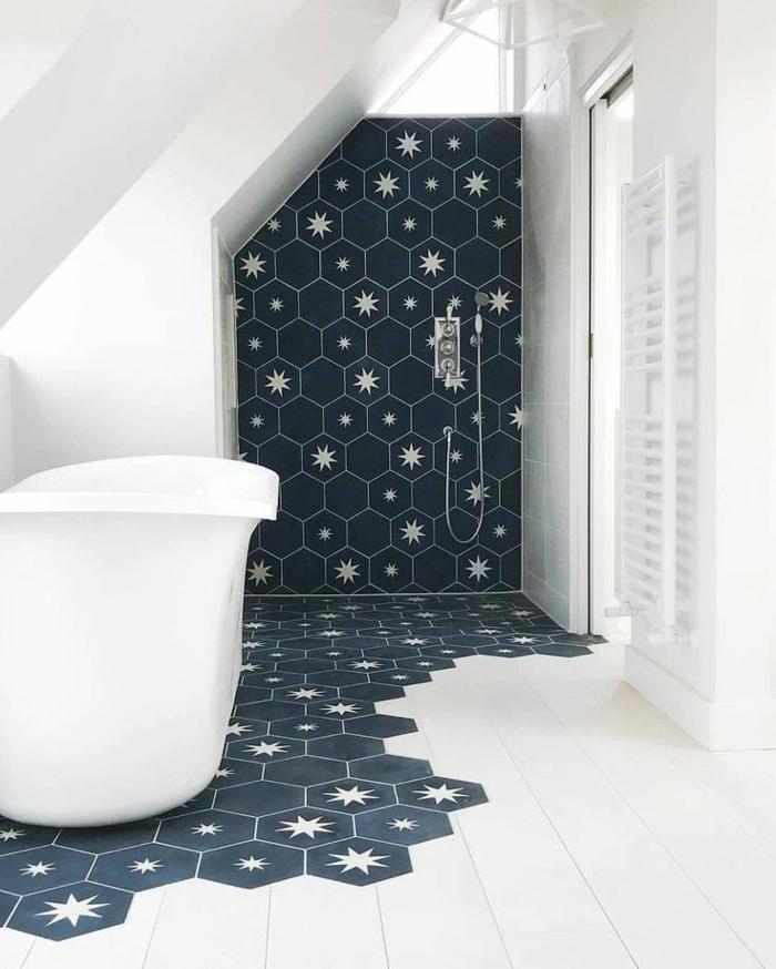 alicatar baños, bañera blanca, baño decorado con azulejos azules oscuras con estrellas, boldosas color crema