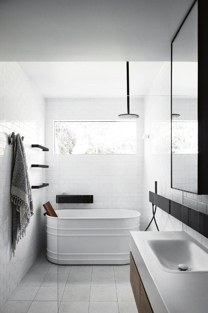 alicatar baños, bañera moderna en blanco con espejo con detalles negros, suelo con baldosas blancas