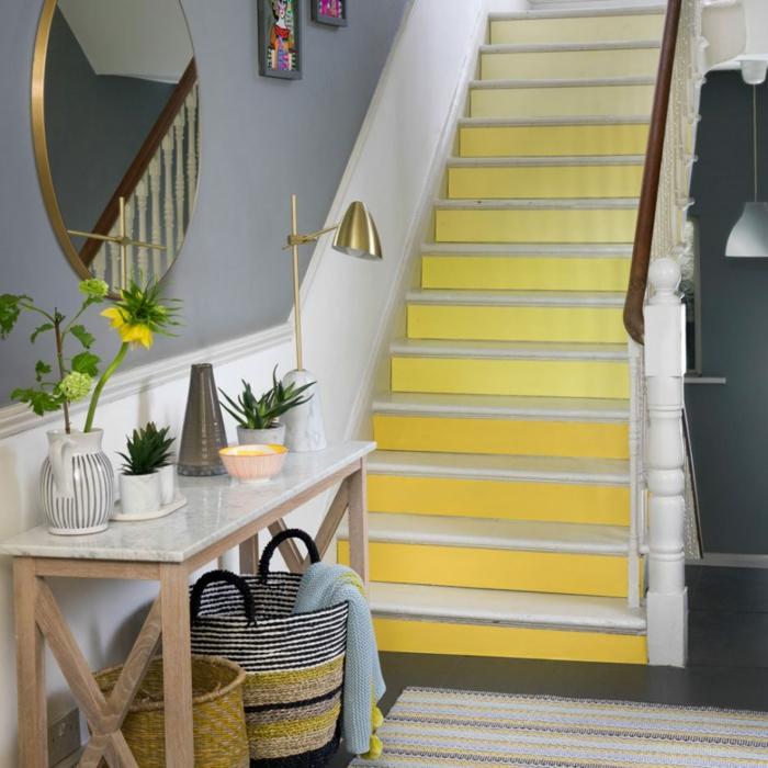 decoración de encanto mueble recibidor en gris y amarillo, paredes en gris, grande espejo oval