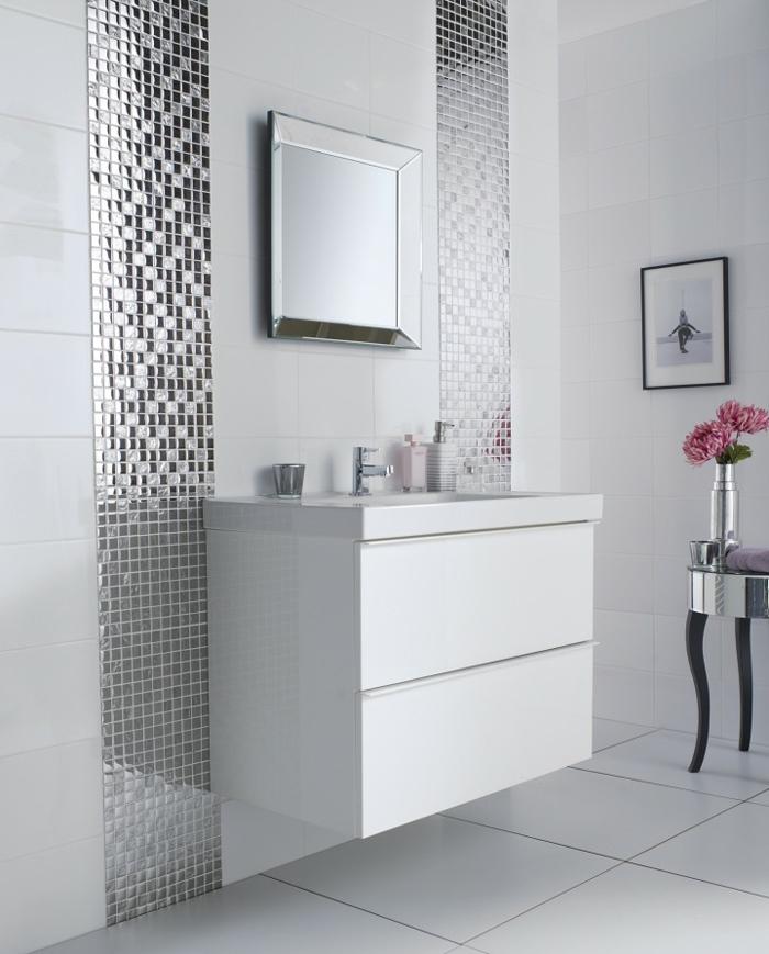 preciosa decoración en un baño decorado en blanco y plateado, baños modernos estilo minimalista
