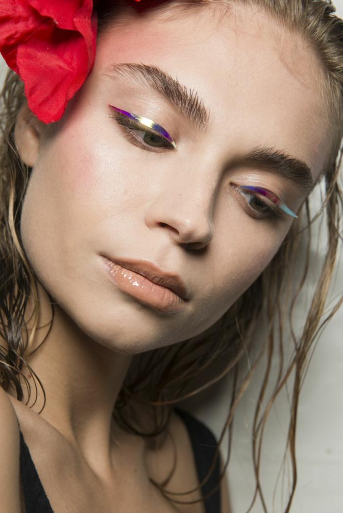 fotos de modelos, ideas sobre cómo perfilar labios gruesos, maquillaje extravagante tendencias 2018