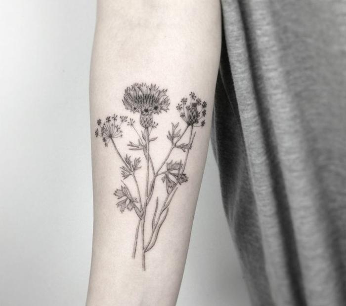 dientes de leon tatuados en el antebrazo, ideas y diseños de tatuajes brazo hombre de encanto