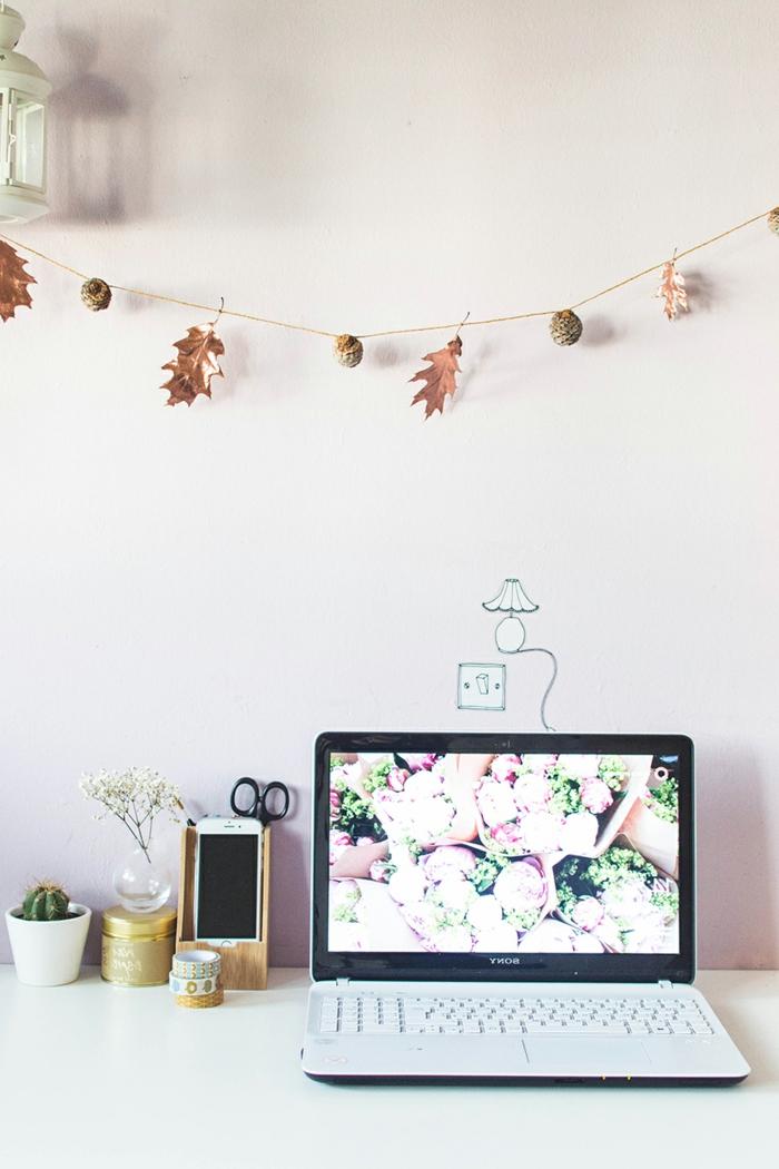 manualidades originales para decorar la casa en otoño, guirnalda DIY con piñas y hojas secas pintadas en dorado