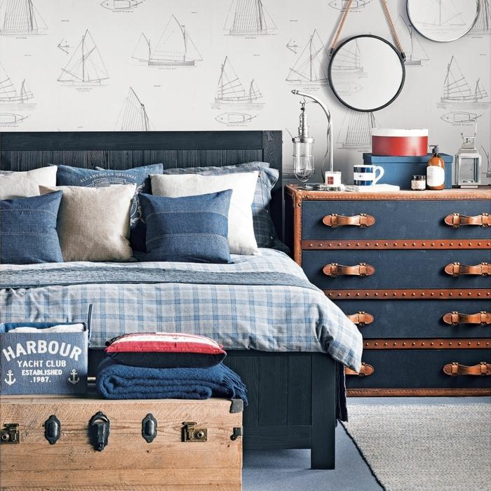armario esquinero, cama doble con sábanas en azul y blanco de cuadros, armario de maletas vintage