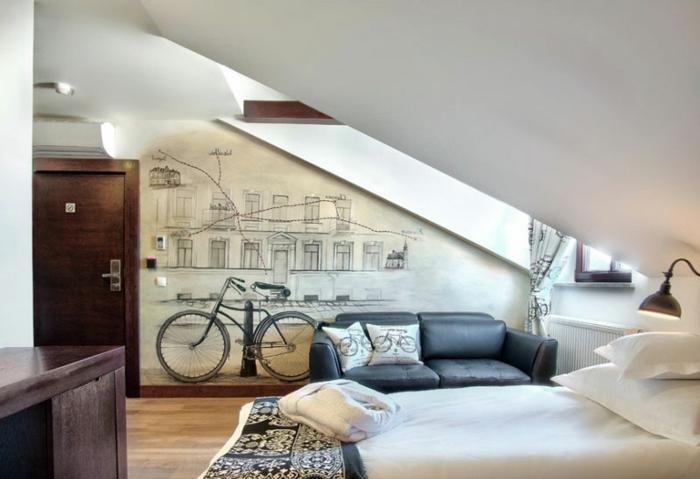 armario esquinero juvenil con pintura en la pared de bicicleta en blanco y negro, suelo de parquet claro