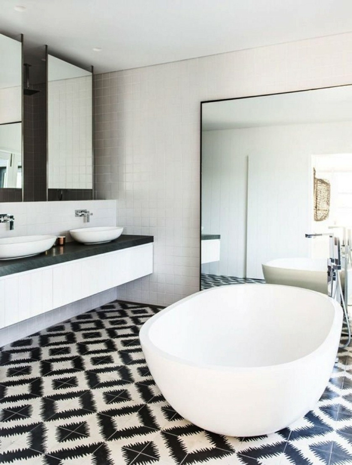 azulejos de baño, suelo de azulejos de figuras en blanco y negro, espejo grande en una pared, lavabos blancos