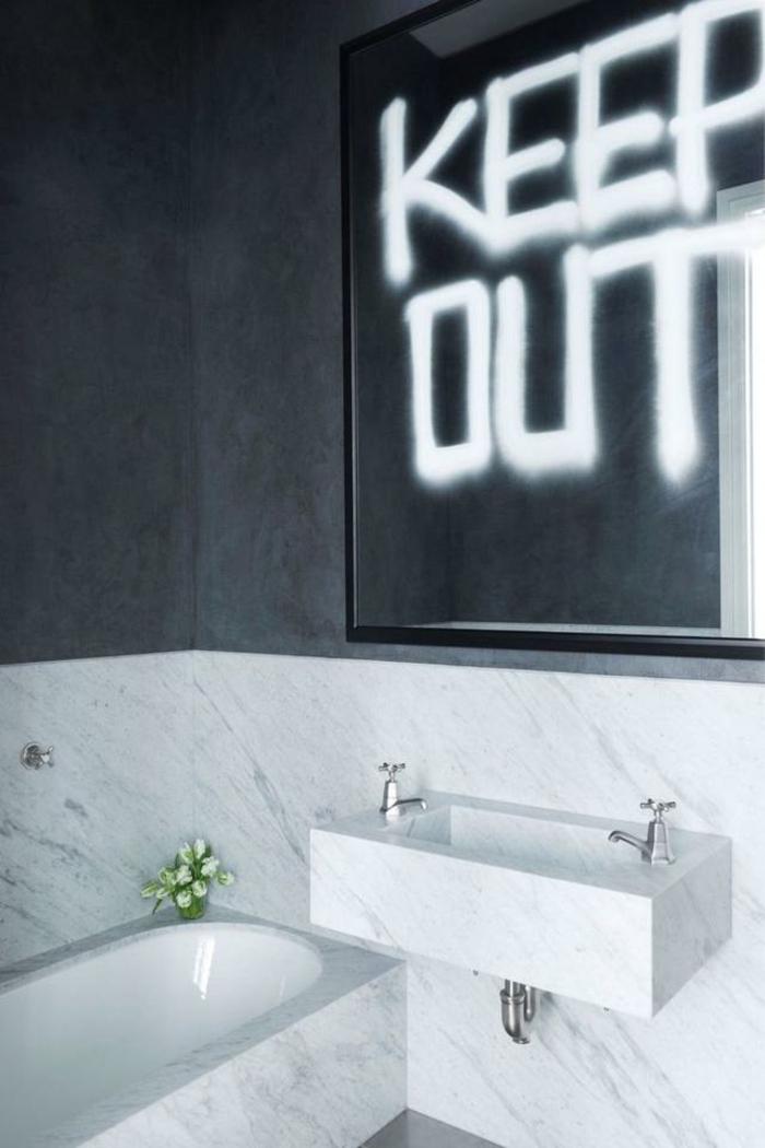 cuartos de baño modernos decorados en blanco y gris, espejo original, bañera empotrada