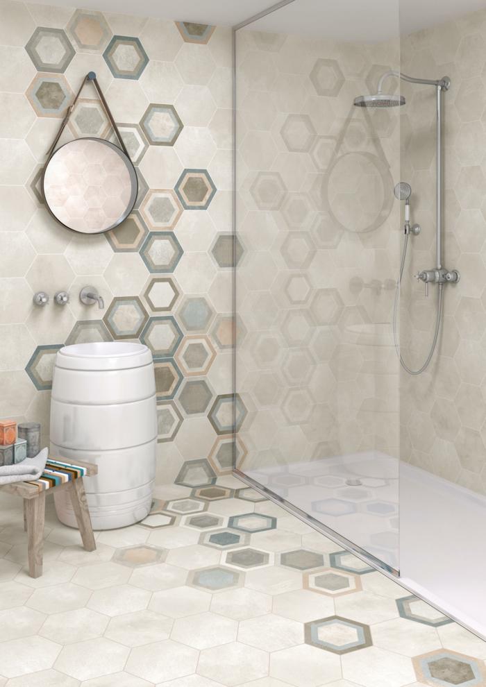 azulejos imitacion madera, baldosas hexagonales de color crema con detalles de otros colores pasteles