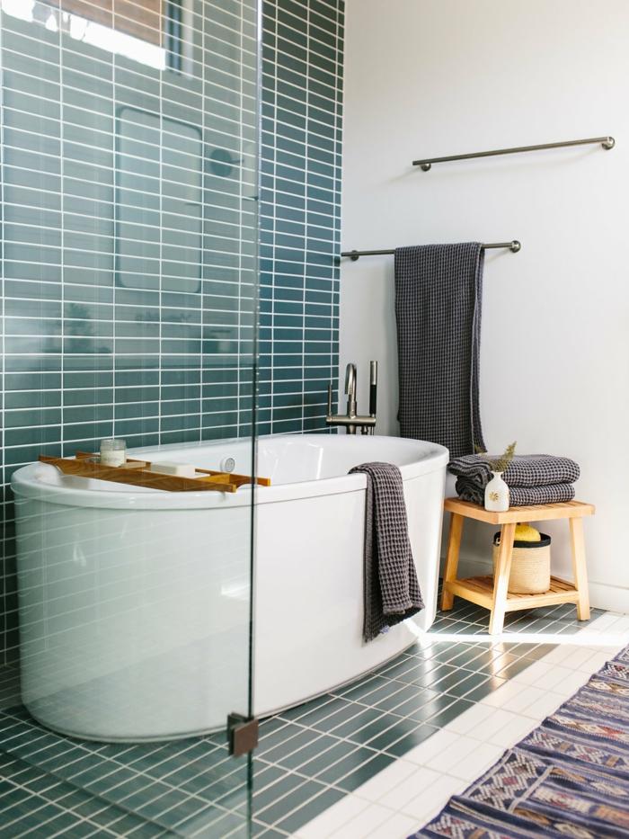 azulejos imitacion madera, azulejos rectangulares en color verde y blanco, alfombra con motivos étnicos