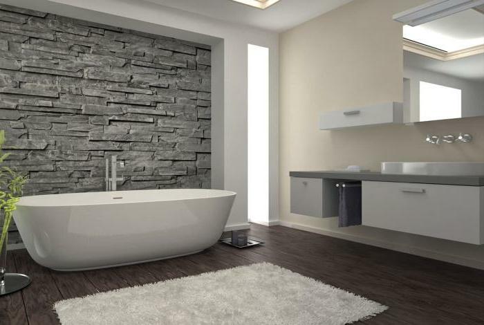 azulejos imitacion madera, suelo de baldosas marrones, paredes de piedras y pintadas de color blanco y crema