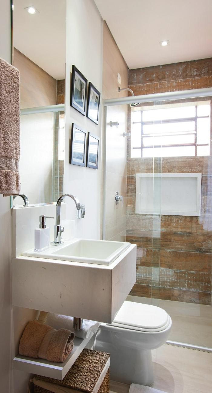azulejos imitacion madera, baño con baldosas de color crema en el suelo, techo blanco con luces