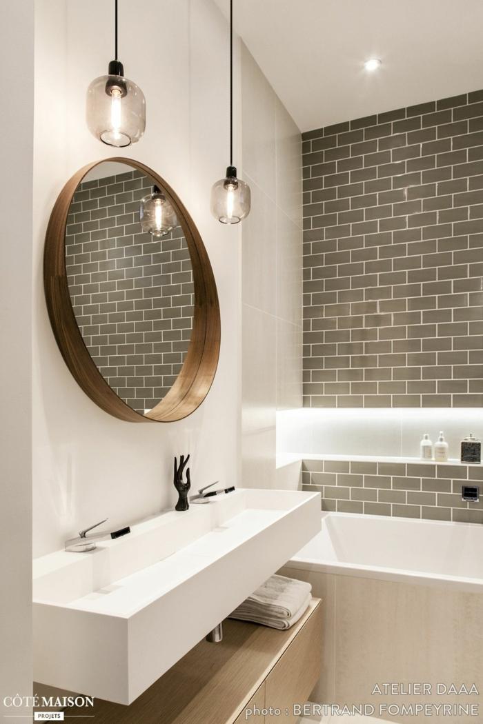 azulejos para baños, espejo redondo de madera, luces colgando largas, bañera con azulejos de color crema