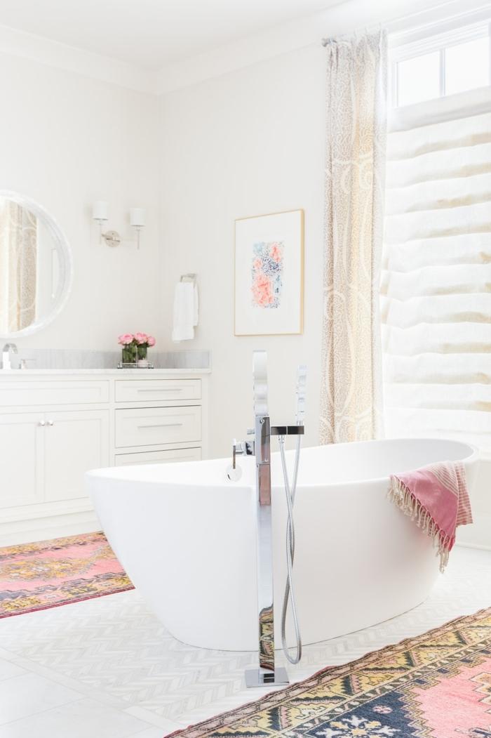 azulejos para baños, bañera blanca con manta de colores colgando en ella, alfombras de motivos étnicos