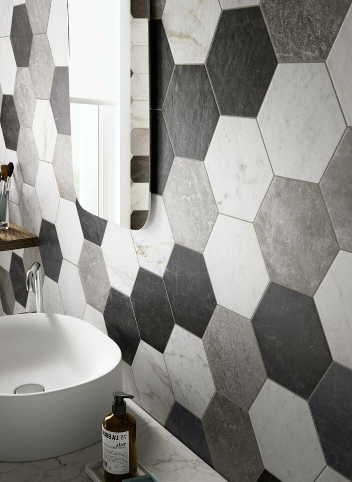 azulejos para baños pequeños, baldosas hexagonales de color negro, gris y blanco, lavabo blanco, espejo