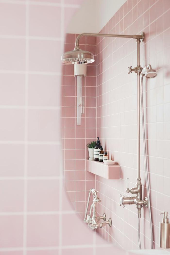 azulejos para baños pequeños baño con azulejos rosas con ducha, flores en maceta pequeña, botes de champú