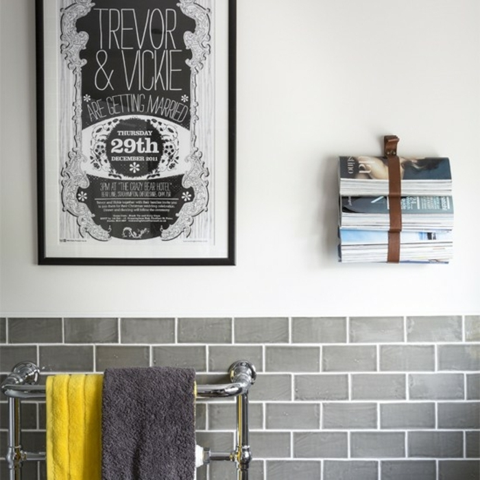 cuartos de baño modernos decorados en blanco y gris, decoración original en la pared