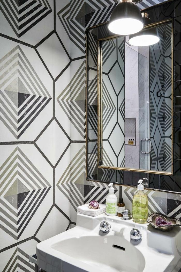 ideas de cuartos de baño modernos con azulejos de diseño, espejo moderno en negro y dorado