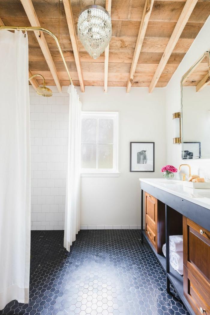 azulejos para baños, techo de madera, suelo de azulejos negros hexagonales, espejo y ventana pequeña