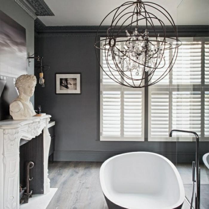 azulejos para baños pequeños modernos, suelo de parquet, candelabro vintage y bañera exenta