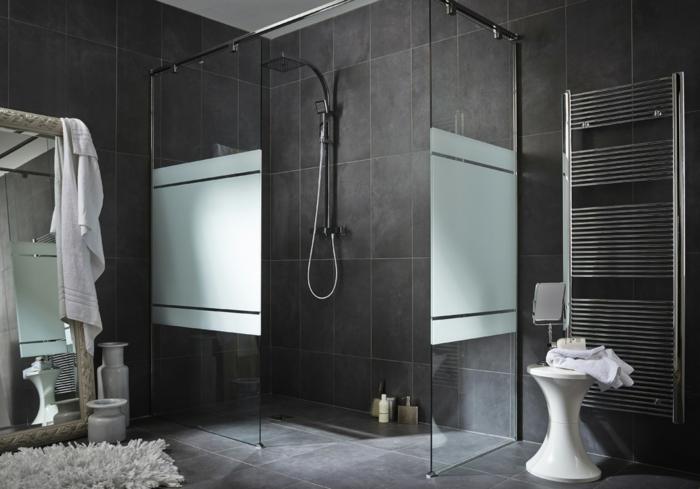 ejemplos de azulejos para baños pequeños. bladosas en gris oscuro y gris claro, cabina de ducha