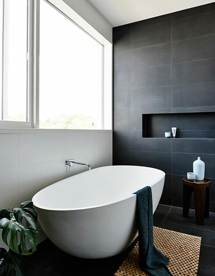 baños grises decorados de diseño, bañera exenta moderna en blanco, paredes con bladosas blanco y negro