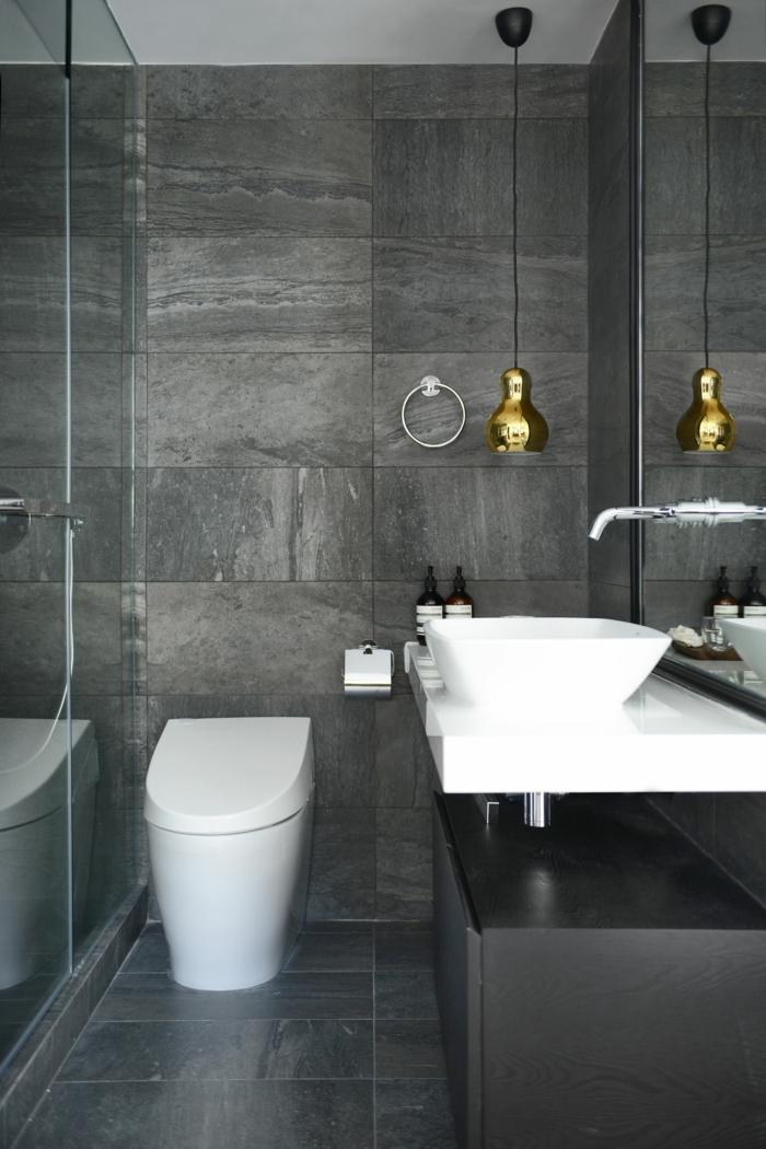 ideas y consejos de decoración y fotos de baños modernos, paredes con baldosas en gris y detalles en dorado