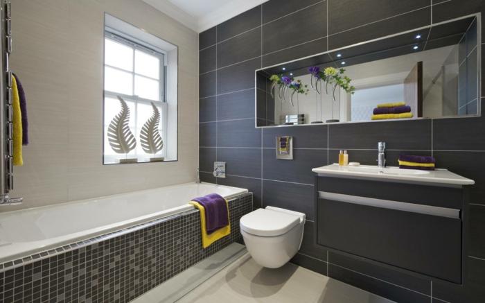 fotos de baños modernos en gris y blanco, ba;era empotrada, baldosas en gris y detalles en lila y amarillo