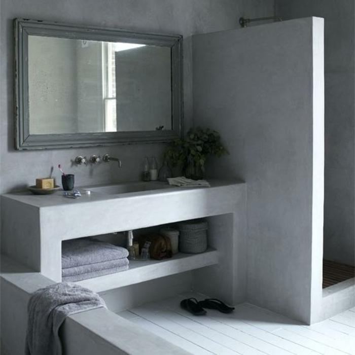 decoracion baños en gris, baño vintage de hormigón con espejo grande efecto desgastado