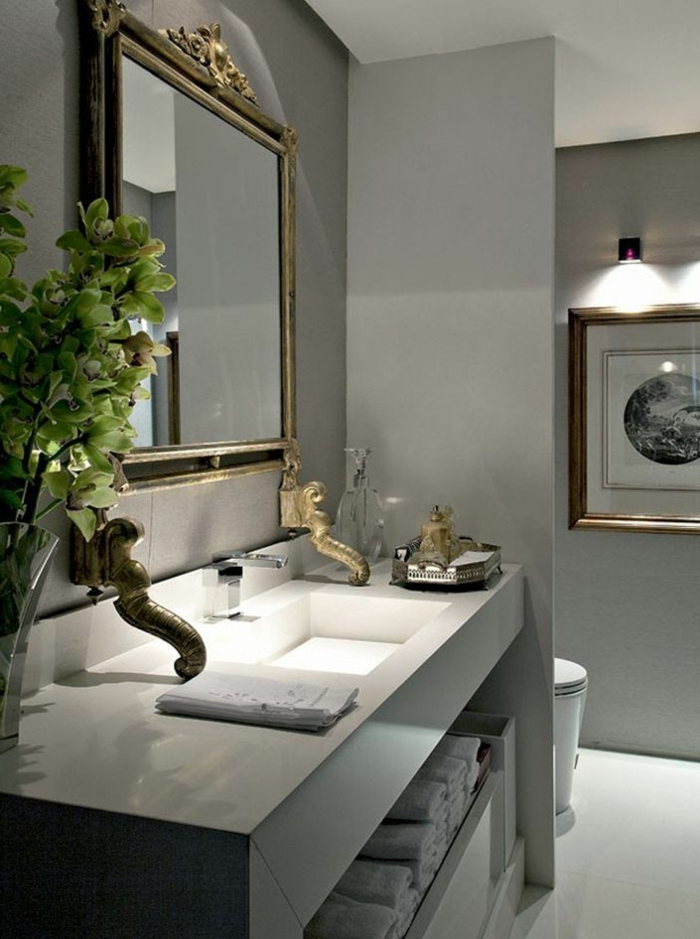 fotos de baños modernos con elementos vintage, baño ecléctico en gris y blanco con detalles en dorado