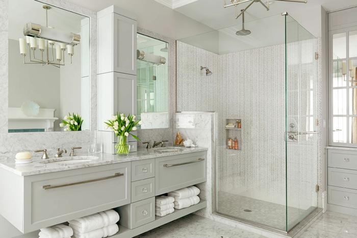 decoracion baños grandes y modernos, interior en gris claro, cabina de ducha con cortinas de vidrio