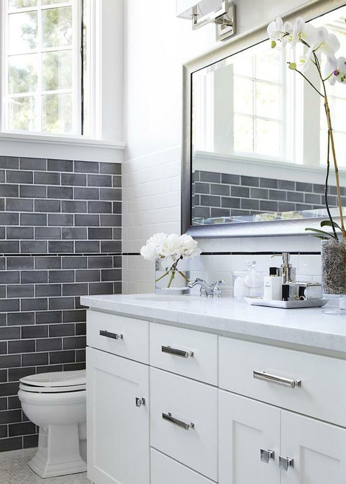 decoracion baños en blanco y gris, azulejos en gris, grande armario en blanco, decoración de flores