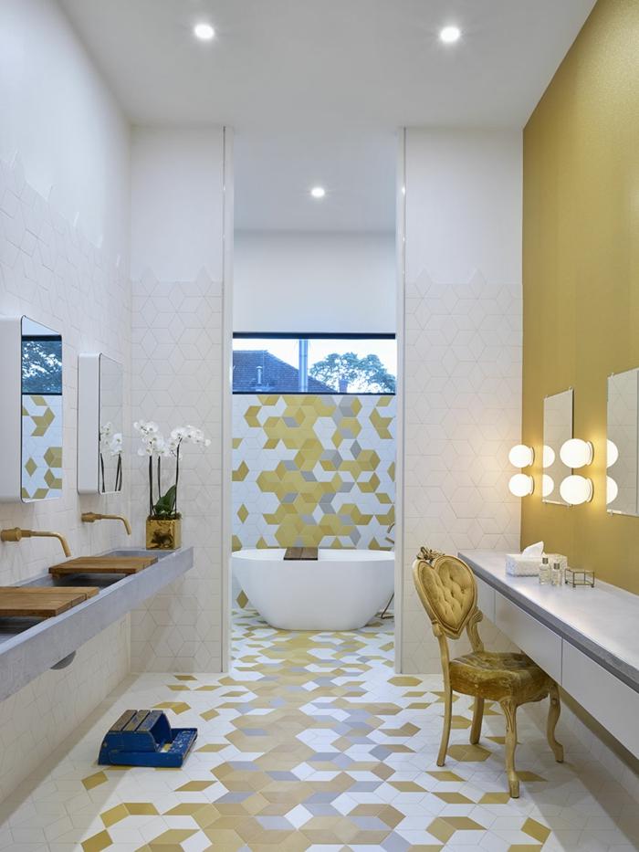 baldosas baño de colores amarillo mostaza, blanco y gris claro, silla de color amarillo, luces y espejos
