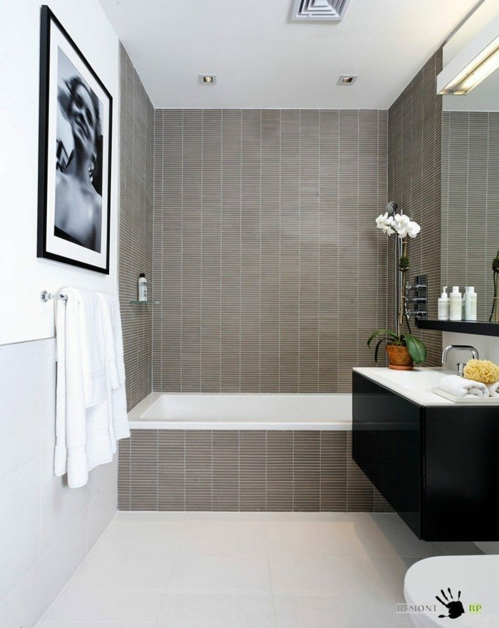 baldosas baño suelo de baldosas de color blanco combinadas con baldosas marrones en la pared de la bañera