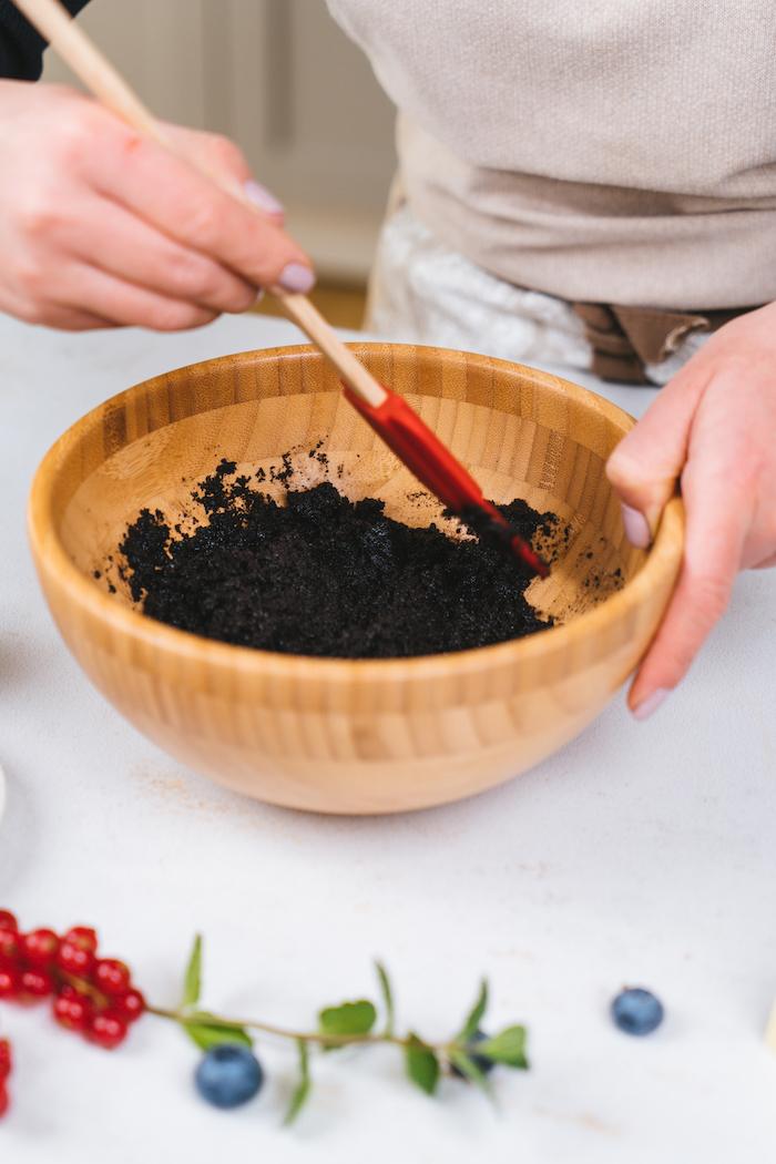 recipiente de madera con galletas oreo machacadas, ideas de comidas fáciles y rápidas y postres sin horno para pequeños y adultos