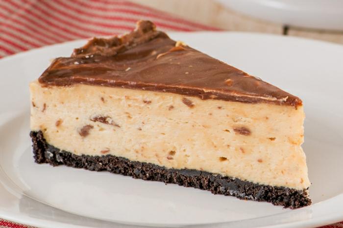 tarta de queso filadelfia y chocolate, base de galletas de chocolate, ricas recetas de postres para hacer en casa