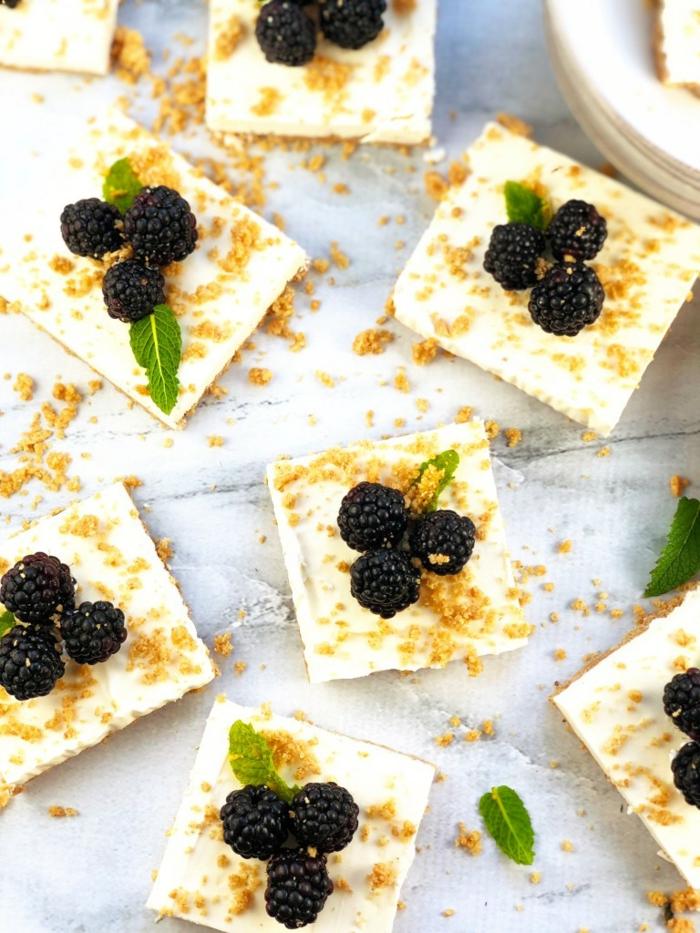 mini tartas de queso frías con crema mascarpone, moras y hojas de menta, tarta de queso philadelphia sin horno