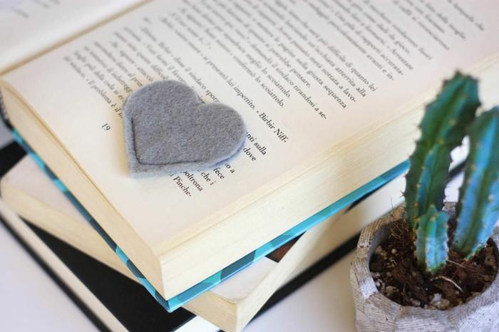 cómo hacer margarpáginas de fieltro personalizados, pequeño separador de libros en forma de corazón