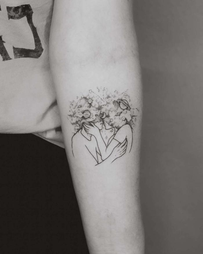 tatuajes tatuajes pequeños hombre, ideas de tattoos románticos para pareja, dibujo de un beso