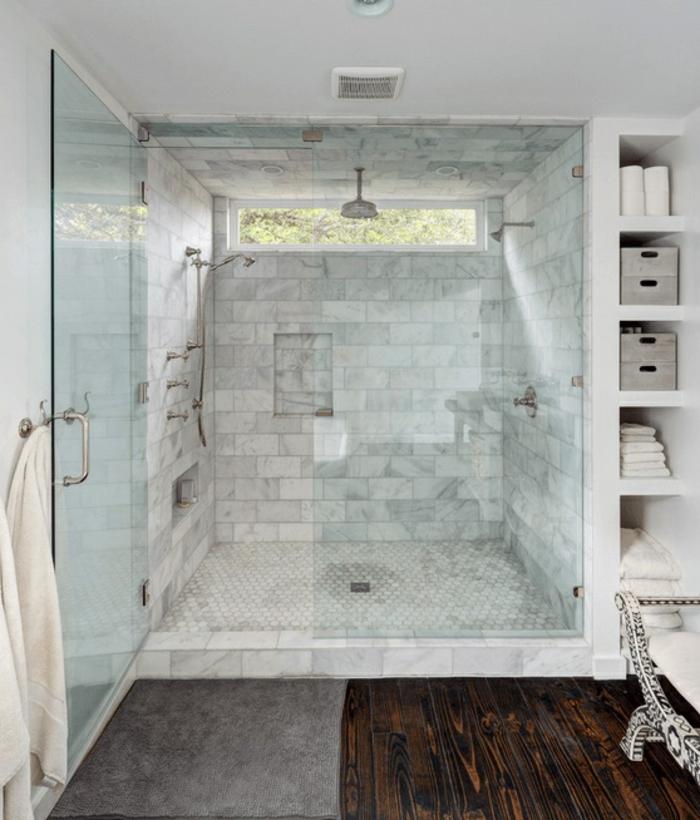 ejemplos sobre reforma baño pequeño, cabina de ducha con cortinas de vidrio y azulejos modernos
