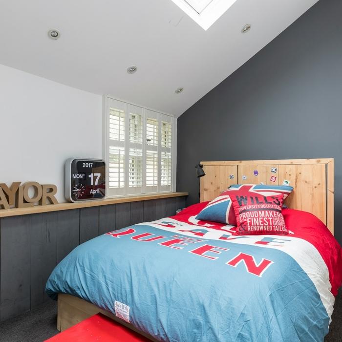 camas compactas juveniles, cuarto de chico con sábanas de color rojo, blanco y azul con cojínes de US