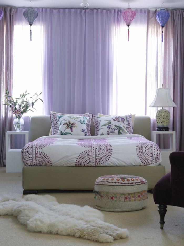 camas compactas juveniles con sabanas en blanco y lila y almohadas con flores, otomana de colores
