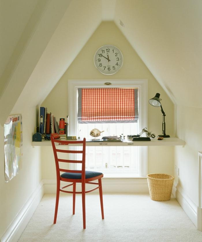 camas compactas juveniles, cuarto con escritorio en la pared, silla roja con asiento gris, reloj en la pared