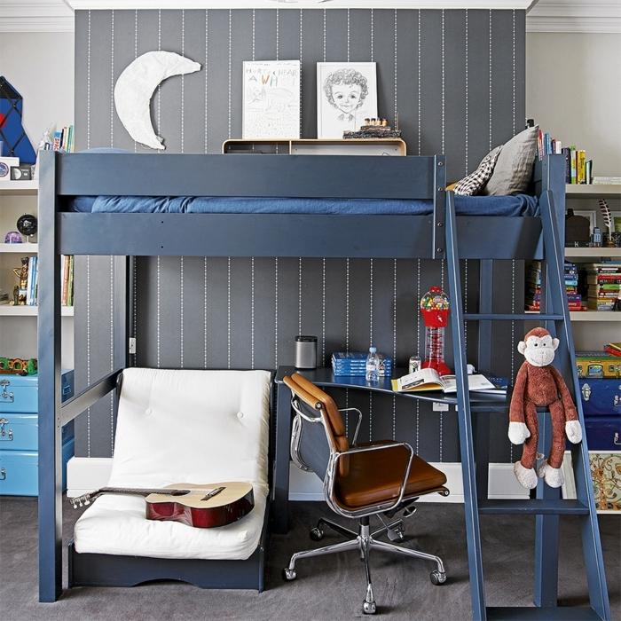 camas compactas juveniles, litera de color azul oscuro con sillón con almohadas blancas, guitarra en el