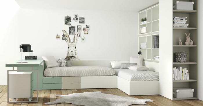 camas nido juveiles, camas dobles de color blanco, verde y beige con conejo en la pared con fotos