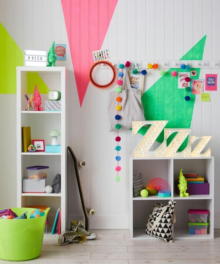 camas nido juveiles, estantería blanca de cuadros con pared blanca de colores en ella, decoración de pompones
