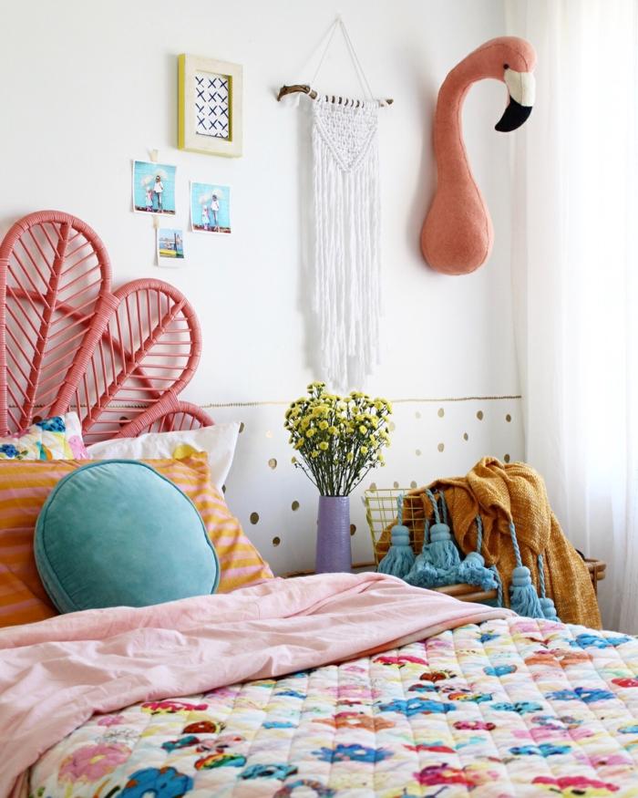 camas nido juveiles, flamingo de peluche en la pared, manta de flores en la cama, cojines de colores