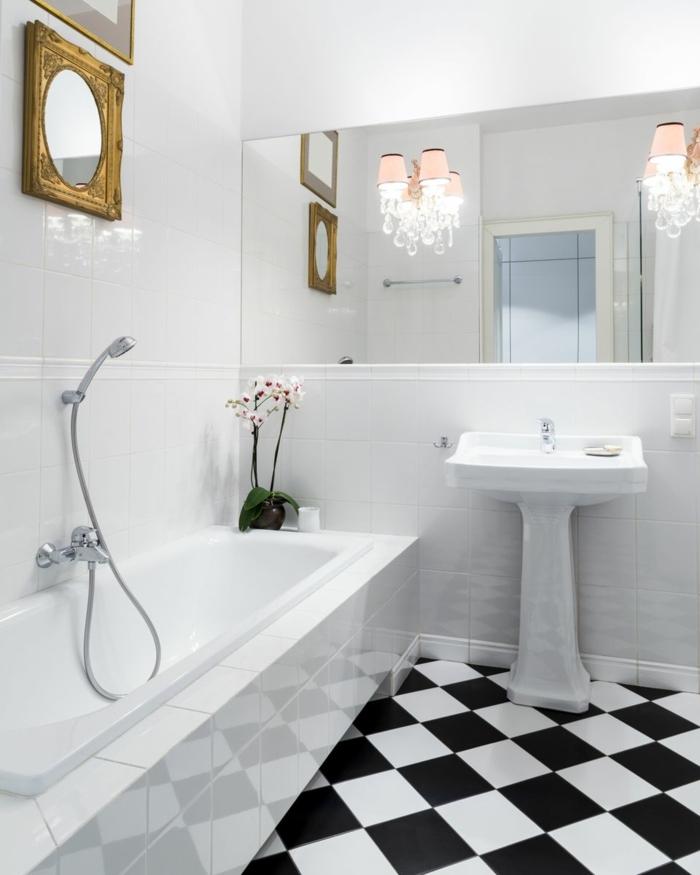 ceramicas para baños, azulejos de color blanco y negro ordenados en forma de mosaico, espejo grande