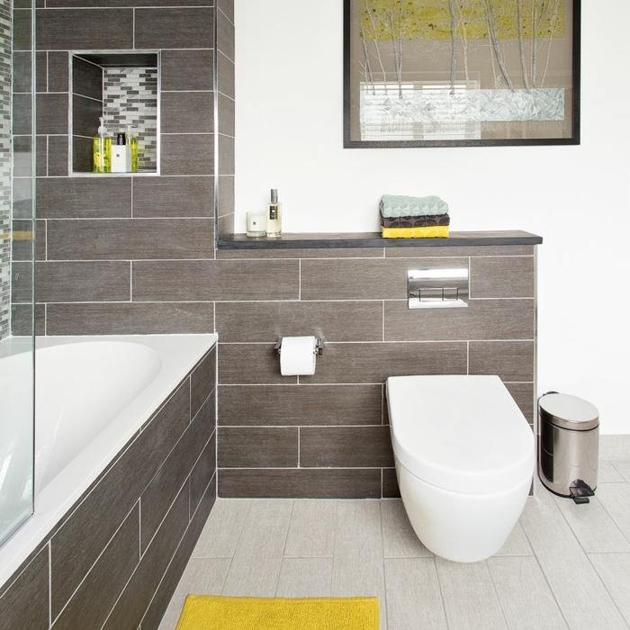 ceramicas para baños, azulejos de suelo de color crema combinadas con azulejos del mismo tamaño en la pared