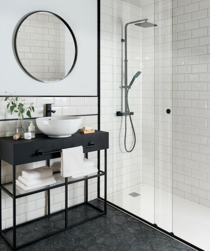 ceramicas para baños, espejo redonde de detalles metálicos, baldosas hexagonales negras en el suelo
