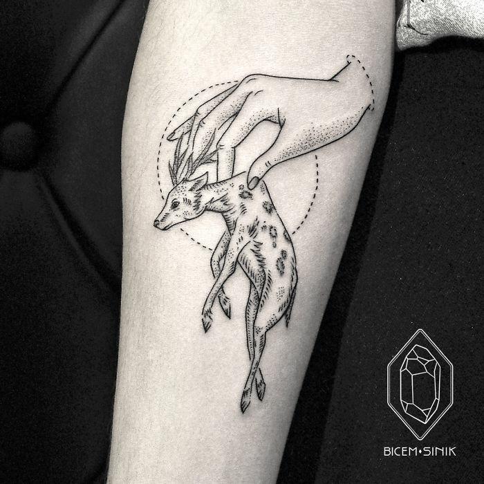 tattoo antebrazo con alto significado, ideas de diseños de tatuajes únicos en el antebrazo